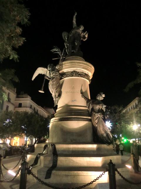 Detalle del monumento a Vara de Rey de noche