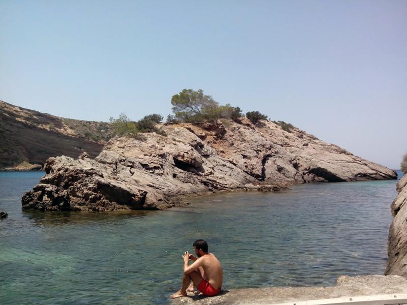 La figura del islote de Es Canaret está siempre presente en la playa.