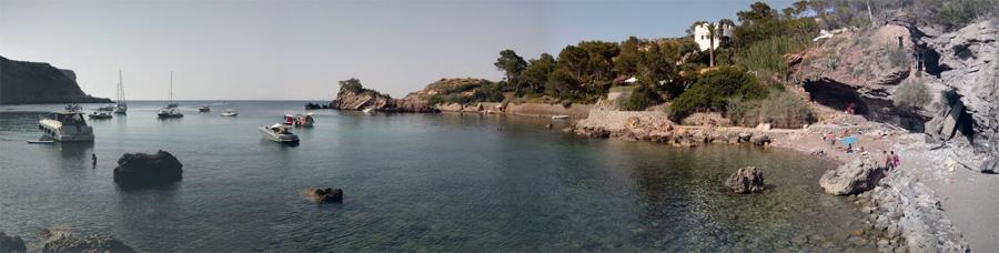 Panorámica de la playa y la bahía de Es Canaret