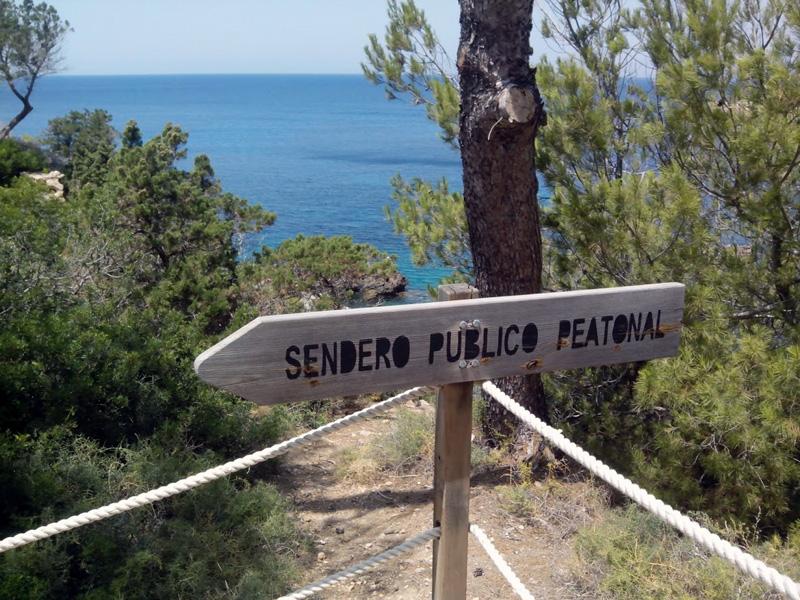 Una de las señales que nos indica la ruta de acceso a Es Canaret