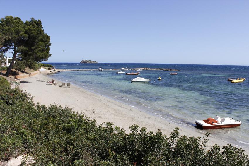 Numerosos hoteles  alojamientos se encuentran cerca de la playa de S'Argamassa