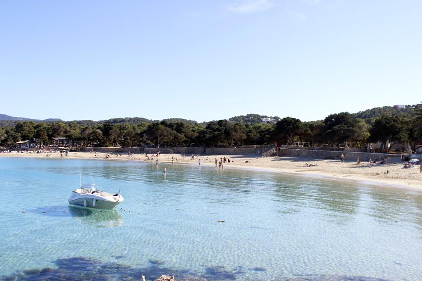 Panorámica de Cala Bassa. La transparencia del agua y la arena blanca son sus mayores reclamo.