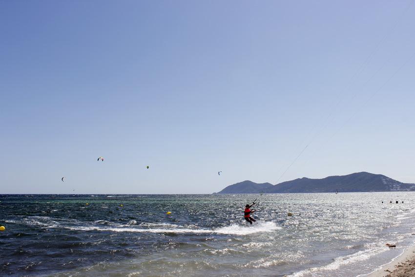 Las velas de kitesurf surcan el cielo de Cala Martina