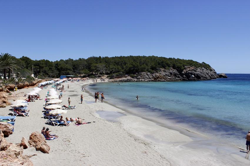 El arenal de Cala Nova es uno de los lugares más encantadores donde disfrutar de un día de playa en la costa este de Ibiza