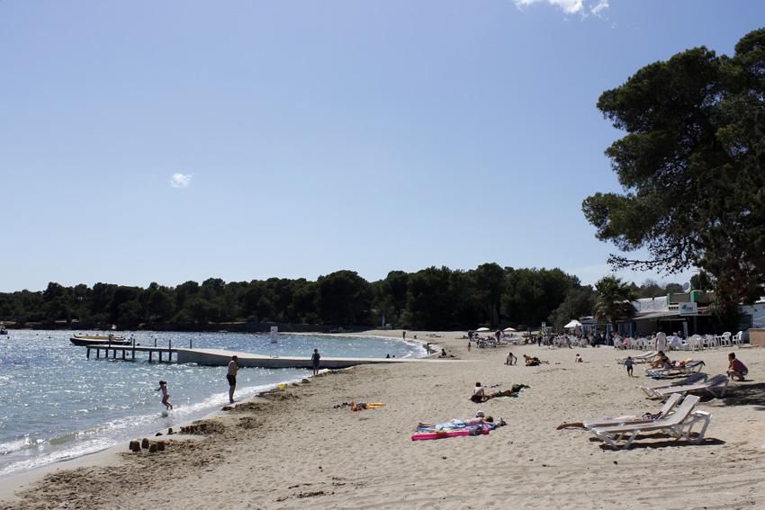 Cala Pada destaca por ser una playa tranquila de ambiente familiar