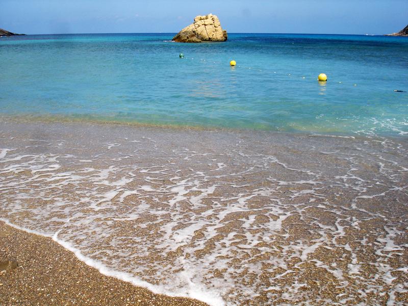 Cala Xarraca es una de las playas de Ibiza que cuentan con mayor calidad y transparencia del agua.