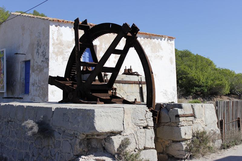 Parte del mecanismo de las salinas que encontramos en el acceso a la playa.