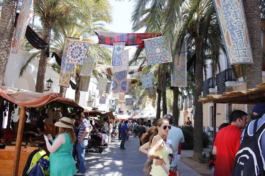 La plaza del Ayuntamiento, junto con el Baluart de Santa Llúcia son los lugares con más puestos de comida.