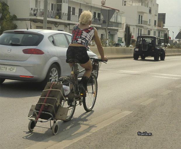 Hippie en Ibiza en bicicleta