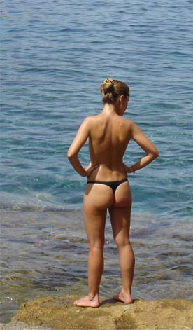 Chica en una playa de Ibiza