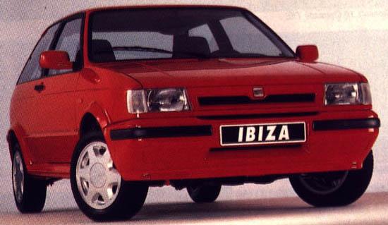 Seat Ibiza rojo modelo de 1984... aún se pueden ver por nuestras carreteras