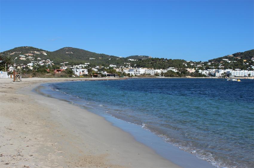 La playa de Talamanca se extiende en una bahía cerrada protegida de vientos