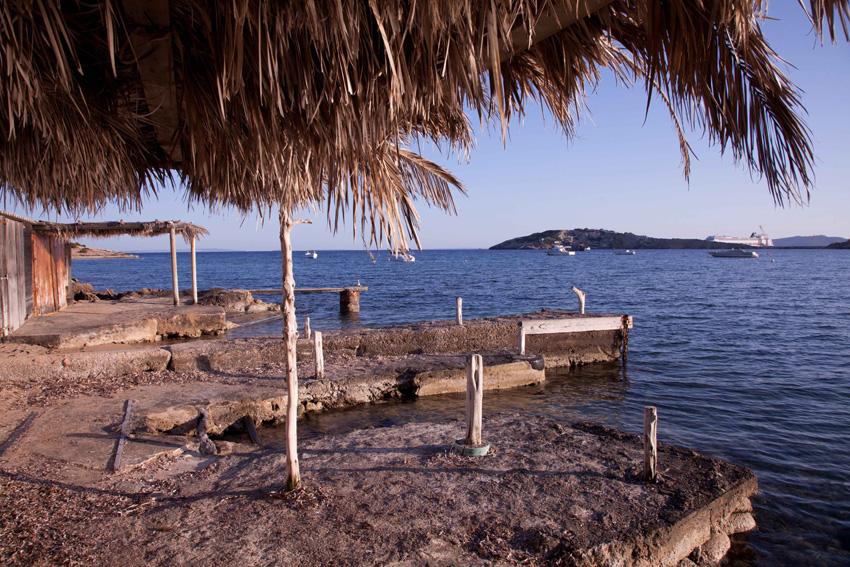Caminando hacia la orilla izquierda de la playa, encontraremos una zona con varaderos con mucho encanto