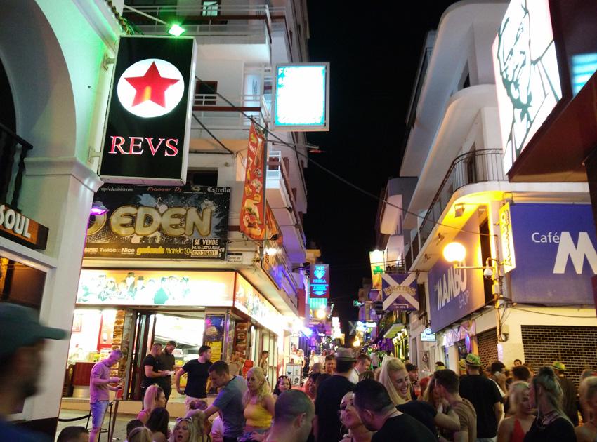 Grandes carteles luminosos intentan a traer a los turistas a su local.