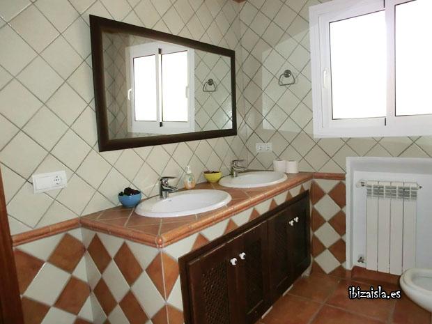 Baño Estilo Ibicenco:Uno de los dos aseos que se encuentran en el piso superior