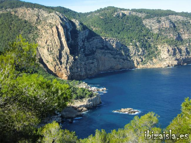 Cala aubarca una playa de ibiza donde no te esperas for Oficina zona azul ibiza