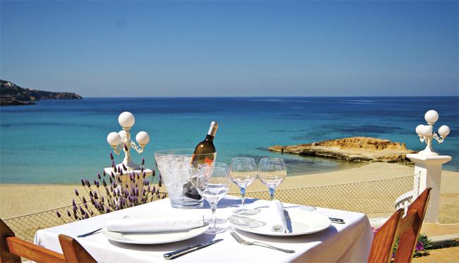 Imposible resistirse a una buena mesa frente al mar. Imagen: Restaurante Cas Milà (Cala Tarida)