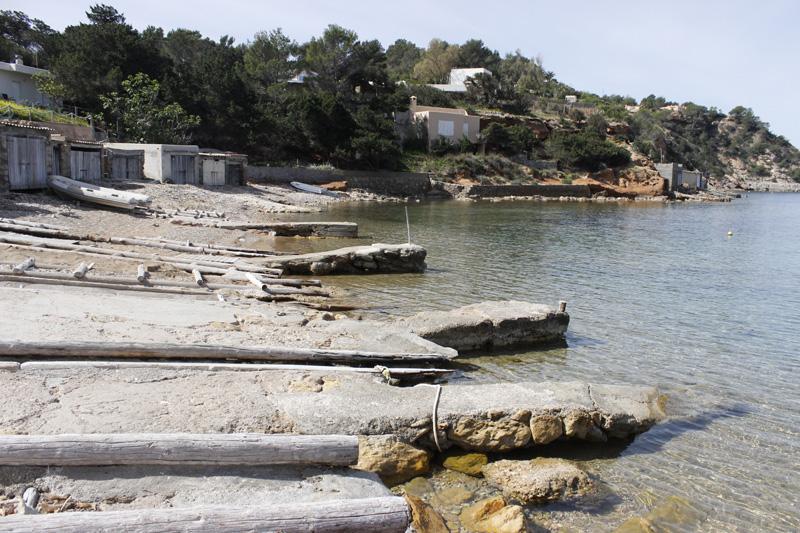 La orilla de Porroig está compuesta, principalmente, por rampas para arriar botes.