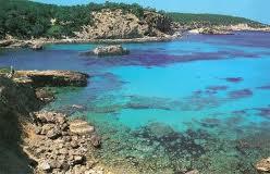 Cala Xarraca, aguas azules en Ibiza
