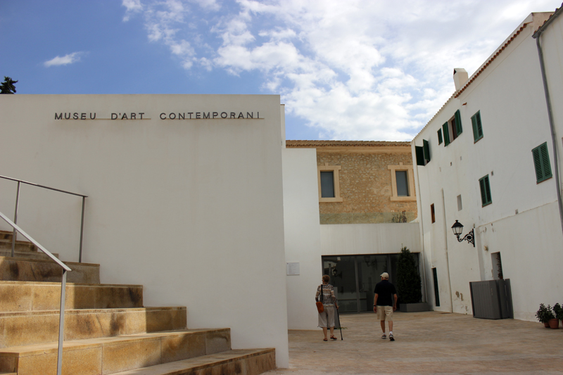 Entrada al edificio del Museo de Arte Contemporáneo de Eivissa