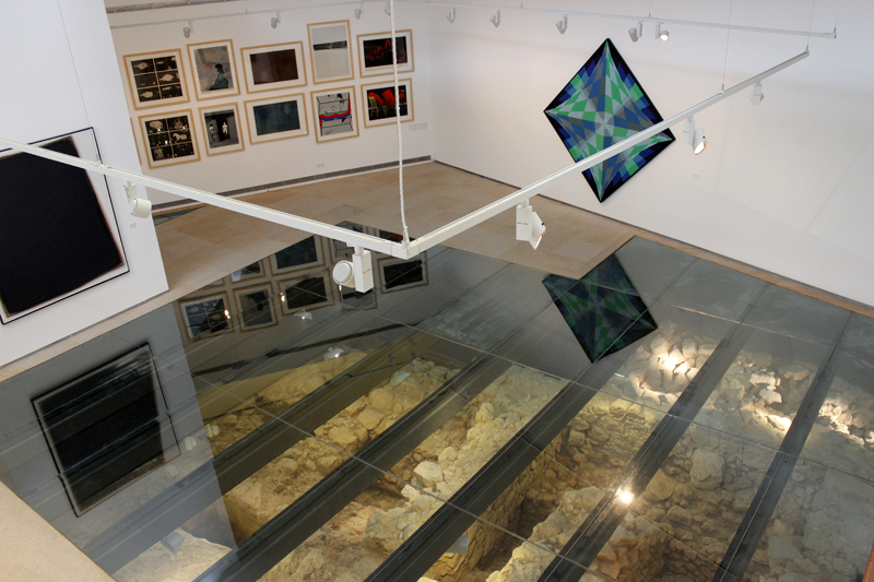 Un doble museo: obras de arte contemporáneo y restos arqueológicos.
