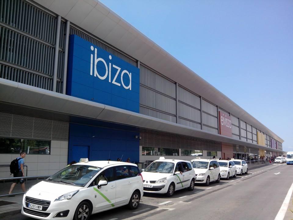 Taxis en la parada del aeropuerto de Es Codolar, Ibiza.
