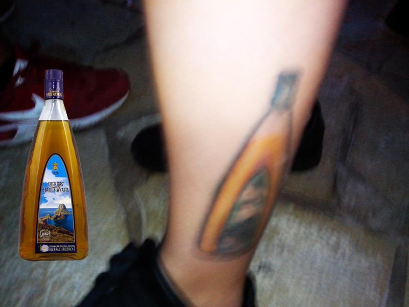A la izq., fotografía de una botella de Hierbas Marí Mayans.