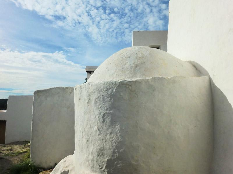 La curiosa estructura de las casas de Balàfia se asemeja a un conglomerado de cubos blancos.