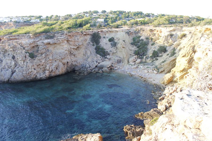 Cala Llentia, es una cala mayoritariamente formada por pequeñas rocas. Descender hasta ella no es tarea fácil.