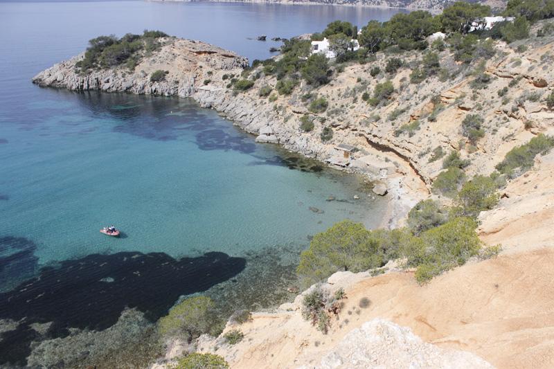 Preciosa panorámica en la que se ve la cala de Es Cucó en la parte derecha. Descender hasta la playa no es tarea sencilla.