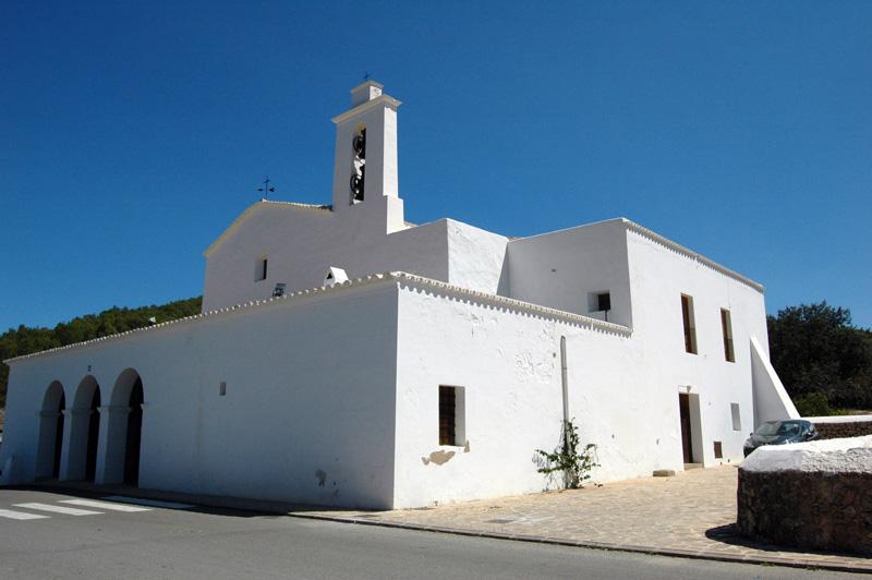 La imponente fachada de la iglesia de Sant Mateu d'Aubarca