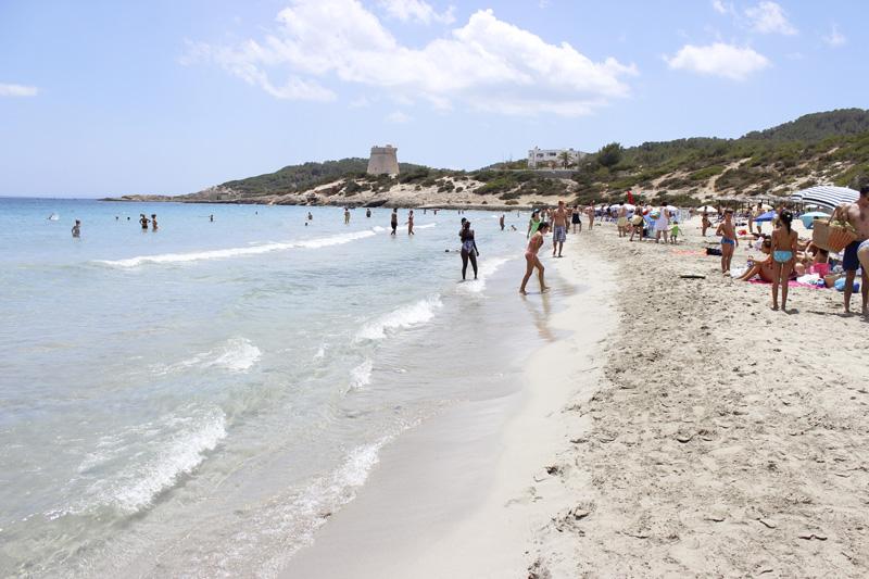 La Torre des Carregador al fondo de playa d'en Bossa.