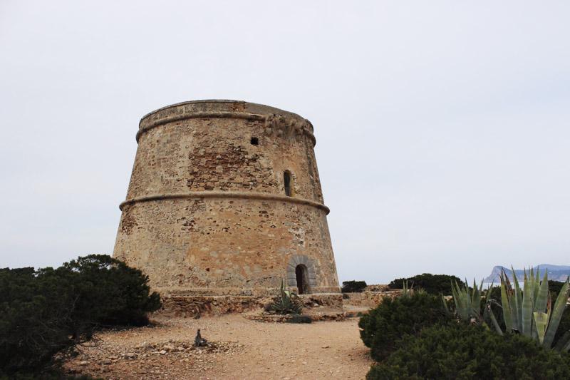 La Torre d'en Rovira con el Cap Nonó asomando en la parte derecha.
