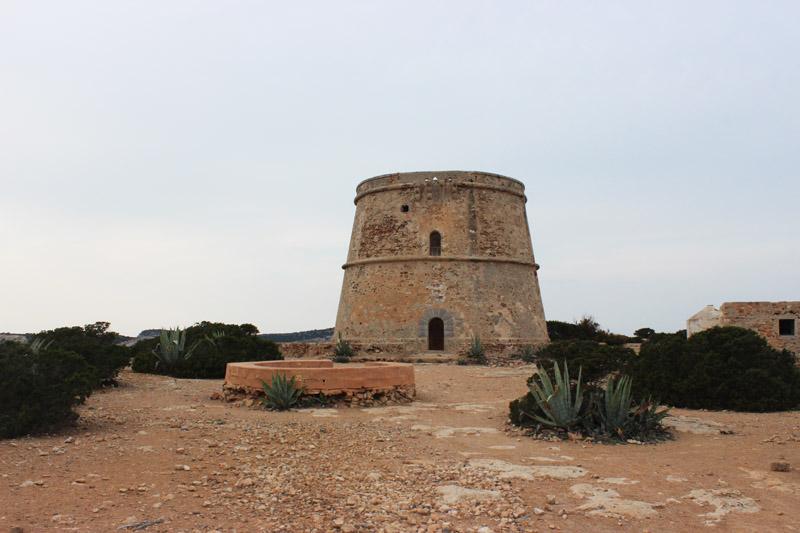 El colosal tamaño de la torre d'en Rovira la hace visible desde diferentes puntos de la isla de Ibiza.