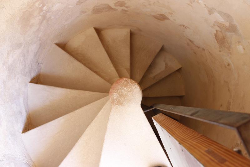 Detalle de la escalera de caracol por la que es posible acceder a la parte superior de la torre.