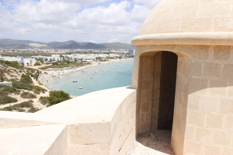 Puerta de acceso a la parte superior de la Torre des Carregador con vistas a toda la playa d'en Bossa.