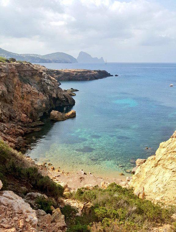 La silueta de Es Vedrà en el horizonte de Cala Llentia, en la costa suroeste de Ibiza.