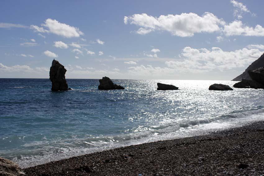 El horizonte de la playa, dominado por las cuatro rocas de Es Niu de S'Àguila
