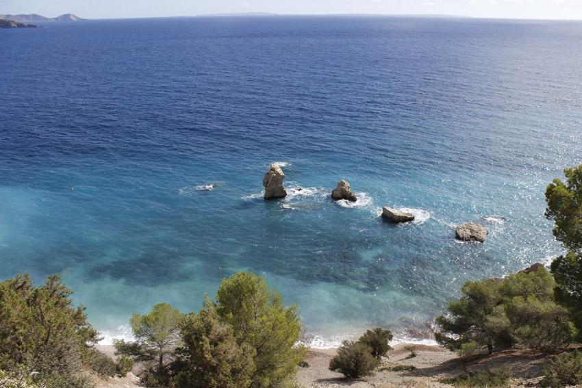 Vista panorámica con las famosas rocas alineadas frente a la costa.