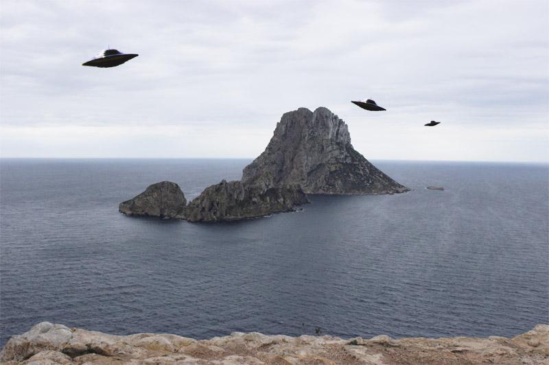 ¿OVNIs en Ibiza? Los platillos volantes sobre Es Vedrà son una de las leyendas recurrentes.