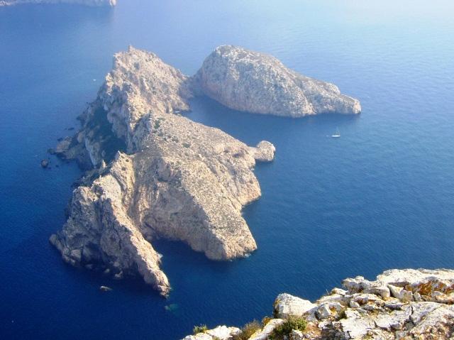 La isla de Es Vedranell, en una fotografía desde la cima de Es Vedrà. Foto: Javi Guillen
