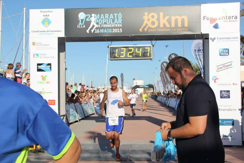 La zona de meta tenía mucho público. En la foto, Alberto finalizando en muy buen tiempo los 21 kilómetros.