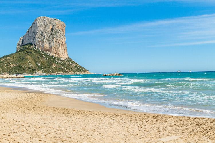 El peñón de Ifach, en Alicante, guarda una misteriosa relación con Es Vedrà, además de su imponente similitud.
