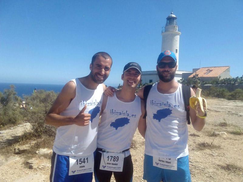 Alberto, Javi, Marcos y un plátano en la salida de la Media Maratón de Formentera.