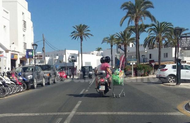 No cabe duda de que esta será una de las imágenes más curiosas del verano en Formentera. Foto: cronicabalear.es