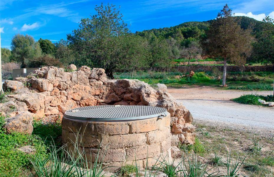 El Pou des Escarbats se encuentra junto al camino de Buscastell. Foto: visit.santantoni.net