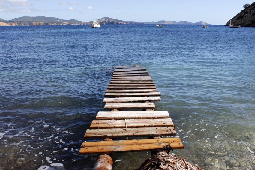 Pasarela sobre Cala Llentrisca, una de las preciosas excursiones que se pueden hacer en la isla