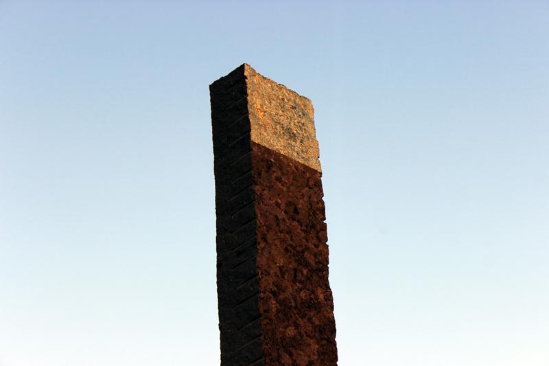 La columna central con un baño de oro adquiere un color especial durante el atardecer