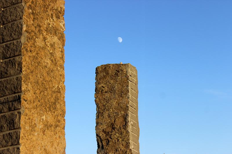 En todas las columnas del conjunto monolítico se observan unas marcas transversales