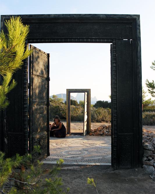 Las dos puertas de Cala Llentia enfrentadas.